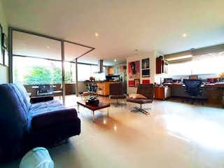 Una sala de estar llena de muebles y una ventana en Apartaestudio en Santa Maria de los Ángeles, Medellin