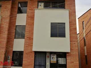 Un gran edificio de ladrillo con una gran ventana en Serrania