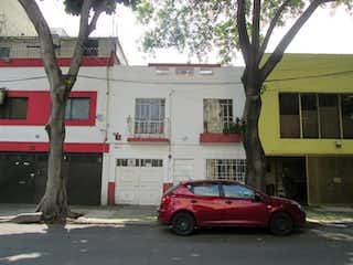 Casa sola a seis calles del Parque México.