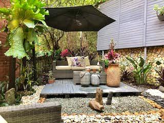 Una mesa con una planta en maceta sobre ella en Casa en Transversal Intermedia, Envigado