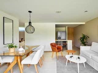 Una sala de estar llena de muebles y una mesa en Suramérica Park