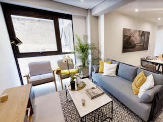 Una sala de estar llena de muebles y una lámpara de araña en CYTA Condesa