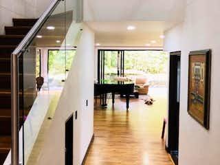Espectacular casa totalmente remodelada!  Con sala de cine y oficina
