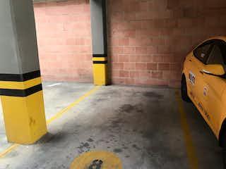 Un coche amarillo estacionado junto a una boca de incendios amarilla en Apartamento en venta en San Antonio Norte, 48m² con Gimnasio...