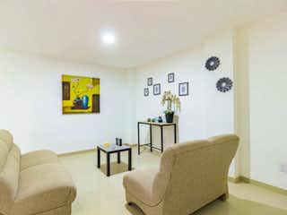 Una sala de estar llena de muebles y una pintura en Tamagno 153