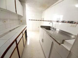 Un cuarto de baño con lavabo y un espejo en CASA EN VENTA BUENOS AIRES SECTOR VILLAFLORES