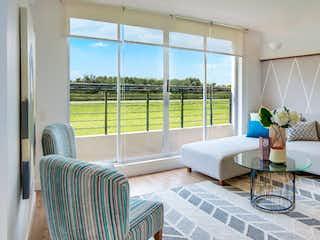 Una sala de estar llena de muebles y una gran ventana en Sorrento