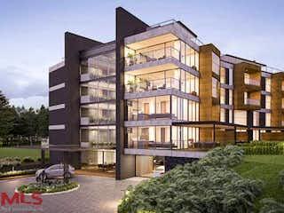 Un gran edificio con una gran torre de reloj en Olive Living Suites