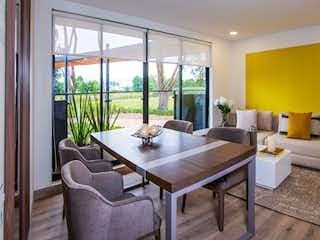 Una sala de estar llena de muebles y una gran ventana en  Cedro