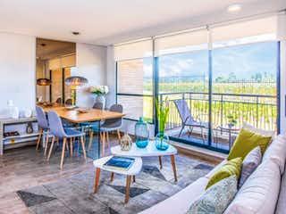 Una sala de estar llena de muebles y una gran ventana en Hacienda el Otoño - Orquidea