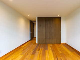 Una habitación con un suelo de madera y un suelo de madera en Galileo 310