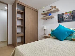 Una cama sentada en un dormitorio junto a una ventana en ORION