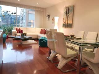 Una sala de estar llena de muebles y una mesa en Apartamento en venta en Bella Suiza, 130mt con balcon