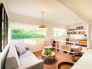 Una sala de estar llena de muebles y una gran ventana en Madera Fresca
