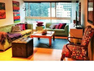 Una sala de estar llena de muebles y una ventana en Venta de apartamento en Chicó, Bogotá, cuenta con 3 habitaciones.