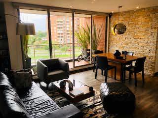 Una sala de estar llena de muebles y una televisión de pantalla plana en VENTA DE HERMOSO APARTAMENTO EN SALITRE