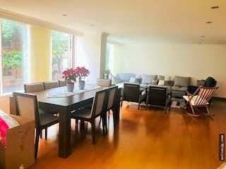 Una sala de estar llena de muebles y una mesa de madera en Apartamento en San Felipe, Barrios Unidos, 3 habitaciones- 163m2.