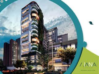Una imagen de una calle de la ciudad con una torre del reloj en Aiana Verde