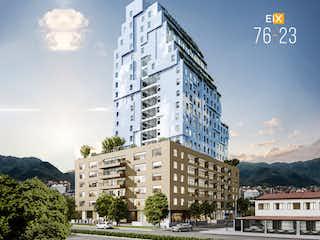 Un edificio alto con un reloj en la parte superior en EIX 76-23 Sky Pisos 7 al 18