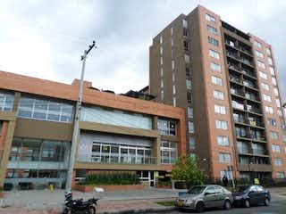 Un edificio alto sentado al lado de una calle en Venta Apartamento Alejandría, Bogotá