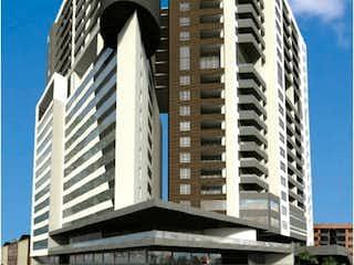 Un edificio alto con un reloj en él en Murano Plaza