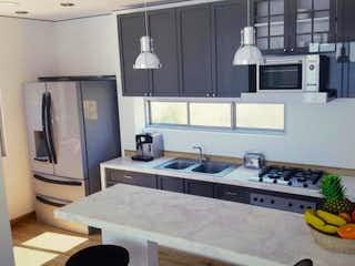 Una cocina con un fregadero y un horno de cocina en Casa en venta en Casco Urbano Chía con Jardín...