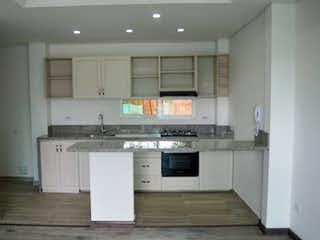 Cocina con fogones y microondas en Casa En Chia, con 3 habitaciones con balcón.