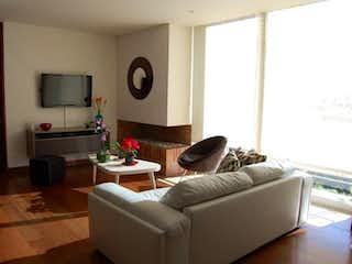 Una sala de estar llena de muebles y una televisión de pantalla plana en Apartamento en venta en Rincón Del Chicó de 91m² con Bbq...