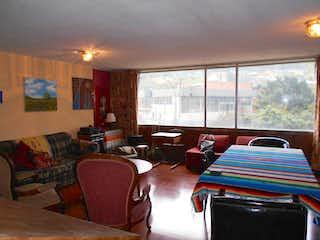 Una sala de estar llena de muebles y una ventana en Edificio Torres De Fenicia