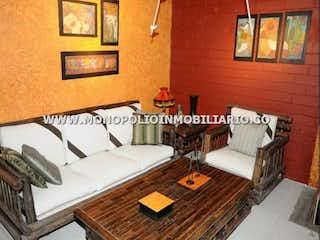 Una sala de estar llena de muebles y una alfombra en Casa Campestre en El Trianon, Envigado - 380mt, cinco alcobas,