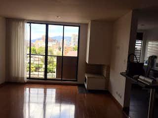 Una sala de estar llena de muebles y una ventana en Apartamento En Venta En Bogota Nuevo Country -3 habitaciones.