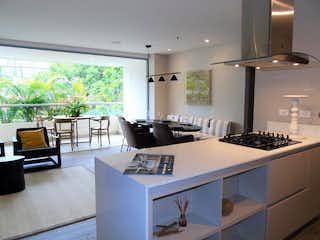 Una cocina con una mesa y sillas en ella en Prestige