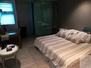 Una habitación de hotel con una cama y un escritorio en Se Vende Casa En Conquistadores, Tres Alcobas