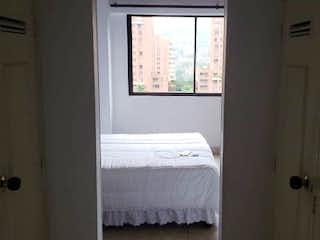Un dormitorio con una cama y una ventana en Se vende Apartamento en Poblado, Cuatro Alcobas