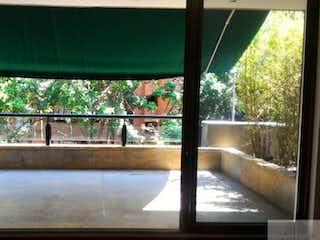 Una vista de una piscina de agua y árboles en Se Vende Y Arrienda Casa En Poblado