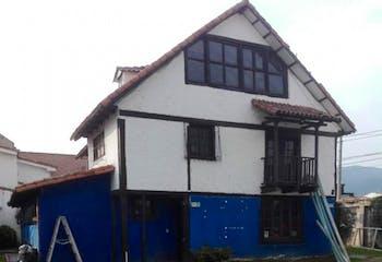 Casalote en venta en Cota, cuenta con 2 habitaciones.