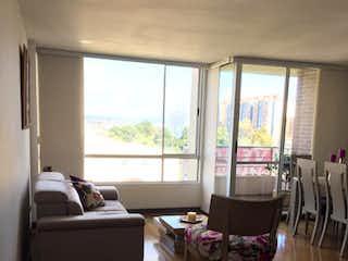 Una sala de estar llena de muebles y una gran ventana en Conjunto