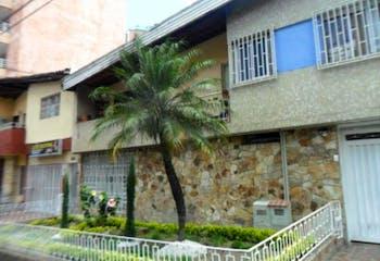 Casa En Venta En Medellin-Laureles, cuenta con 3 habitaciones.