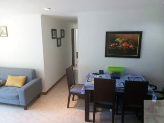 Una sala de estar llena de muebles y una televisión de pantalla plana en Se vende apartamento en Santa Mónica- 4 alcobas