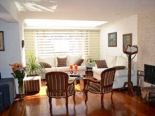 Una sala de estar llena de muebles y una televisión de pantalla plana en Apartamento En venta, Bogotá-Niza Suba, cuenta con 3 habitaciones.