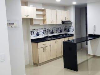 Una cocina con armarios blancos y electrodomésticos negros en Apartamento en La Vega, Cundinamarca - Tres alcobas
