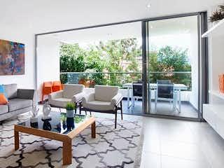 Una sala de estar llena de muebles y una gran ventana en MONT CLAIRE