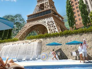 Un grupo de personas bajo un paraguas azul en París Parque Residencial