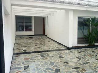 Una habitación que tiene una ventana en ella en Casa En Venta En Bogota Modelia - 3 alcobas