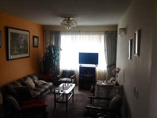 Una sala de estar llena de muebles y una televisión de pantalla plana en Venta de casa en Chia - Conjunto Villa Amparo, Cuatro Alcobas