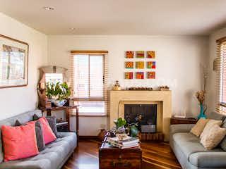 Una sala de estar llena de muebles y una chimenea en Apartamento En Venta En Santa Barbara, 3 habitaciones, balcón y chimenea.