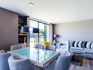 Una sala de estar llena de muebles y una gran ventana en Venta de apartamento en Suba, Dos Alcobas