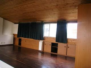 Una cocina con suelos de madera y armarios de madera en Venta de apartamento en Normandia, Dos Alcobas