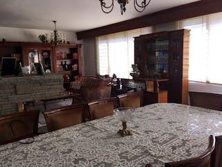 Un dormitorio con una cama y una mesa en él en Casa en venta en Mixcoac, de 357mtrs2 con chimenea