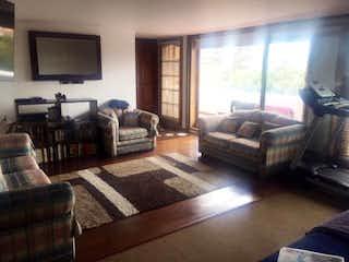 Una sala de estar llena de muebles y una televisión de pantalla plana en Apartamento Dúplex de 247m2 en Bogotá, el Refugio - con tres alcobas